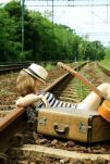 mujer en las vías del tren