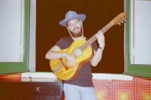 1978 En casa de Carlos 02 Charlie guitarrista