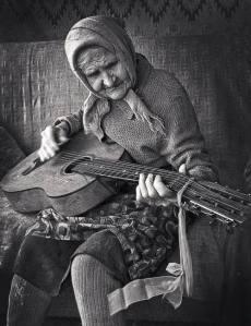anciana con guitarra