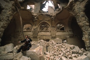 Vedran Smailović tocando en el edificio destruido de la Biblioteca Nacional de Sarajevo, en 1992. Foto de Mikhail Evstafiev