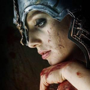 mujer con casco y sangre