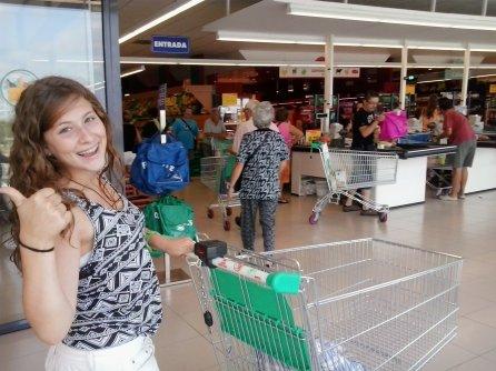 2013 (08) Laia feliz en Mercadona