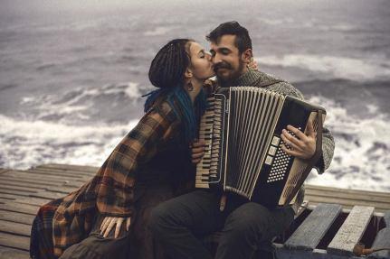 besar a un músico