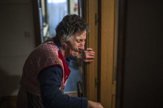 Carmen Martínez Ayudo, de 85 años, llora durante su desahucio en Madrid (España). Carmen, vive con una pensión de 630 euros al mes, no ha podido hacer frente al pago de su vivienda tras quedar su hijo en el paro ANDRES KUDACKI