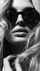 mujer con gafas oscuras