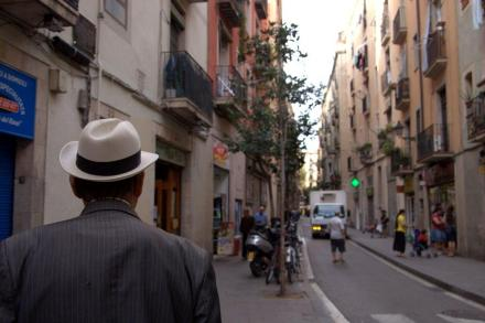 Un hombre con sombrero, elegancia en el Raval de Barcelona
