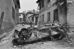 Coches destrozados en una calle de Sarajevo el 6 de junio de 1992. Fotografía de Gervasio Sánchez