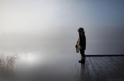 niño con niebla