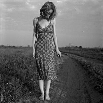 mujer en el camino - Filipoiu Marius
